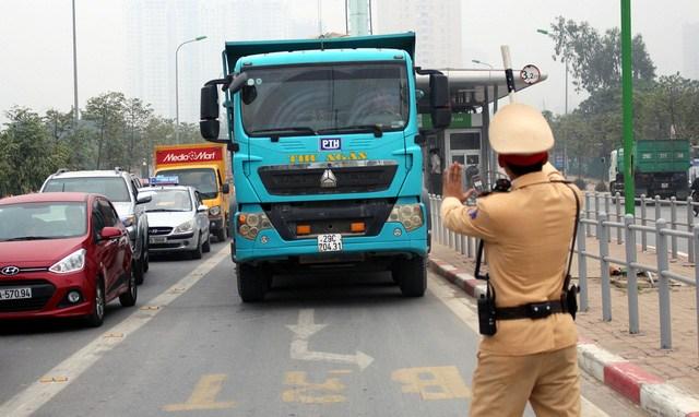 Cảnh sát giao thông kiểm tra và xử phạt xe về phù hiệu.