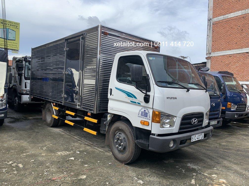 Một chiếc xe tải Hyundai Mighty 110S thùng kín