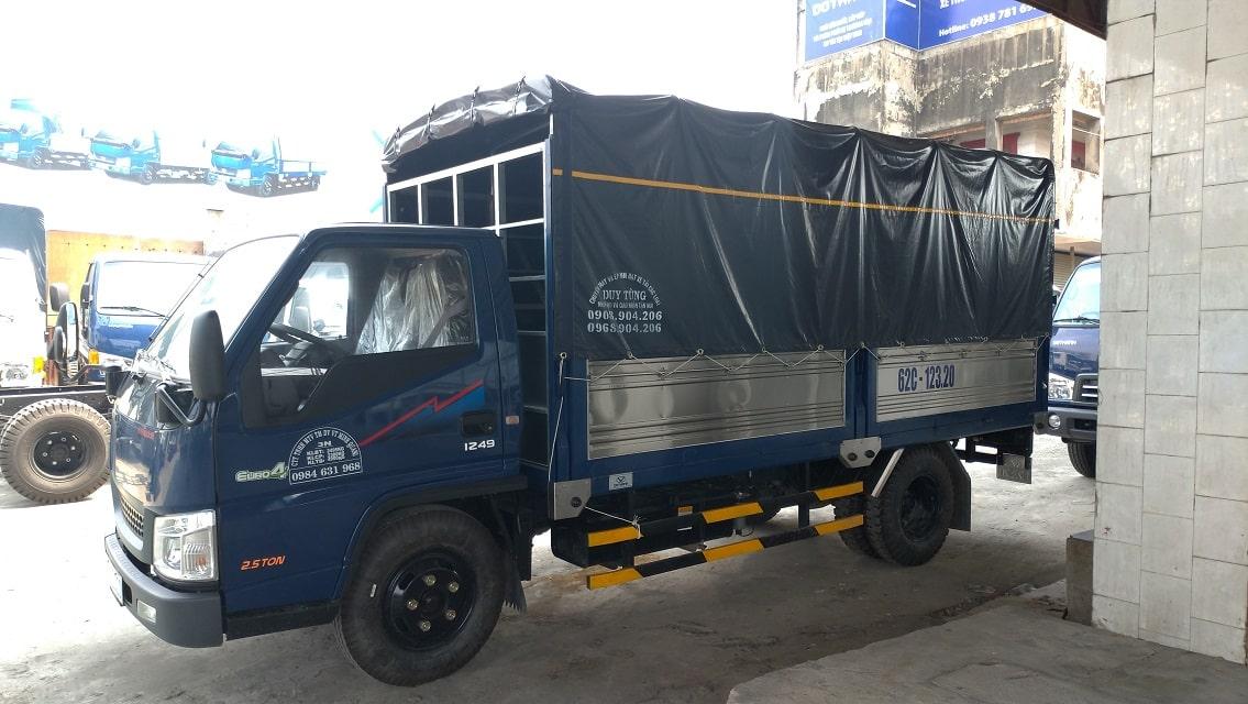 Giá xe tải IZ49 thùng bạt màu xanh