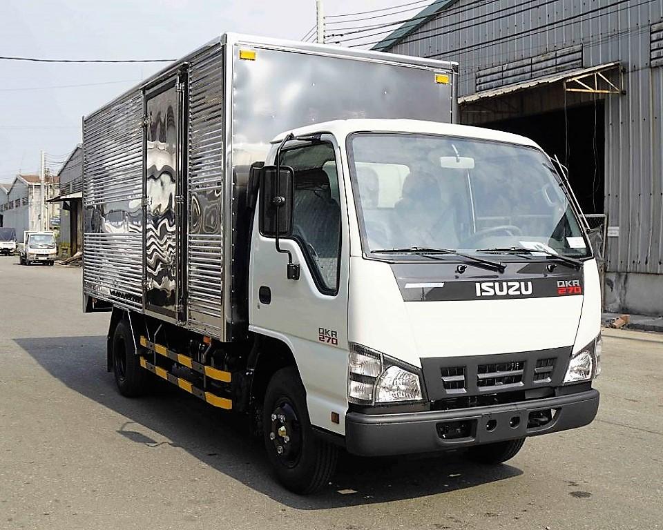 Xe tải ISUZU 2,4 tấn vào thành phố.