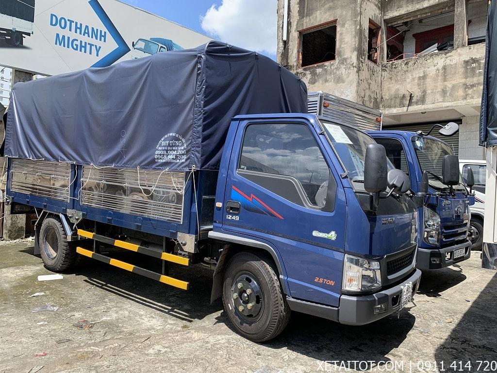Xe tải IZ49 Đô Thành 2.3 tấn thùng mui bạt, màu xanh