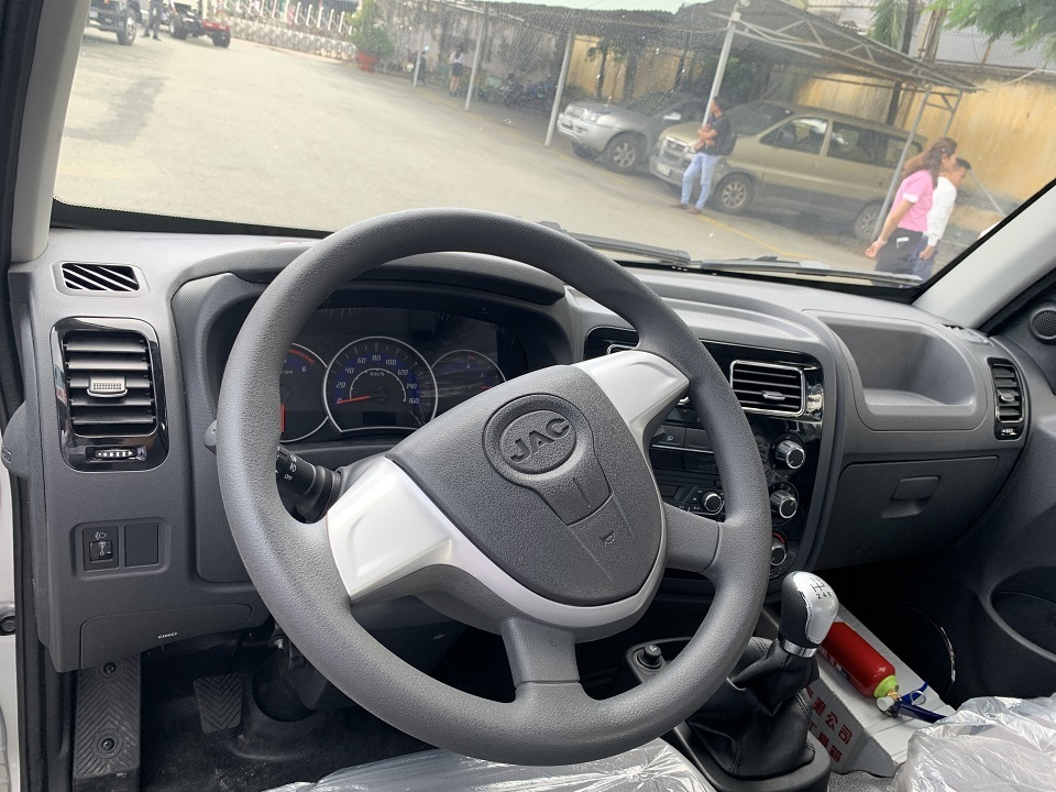 Tay lái và tầm nhìn từ nội thất của xe JAC X99