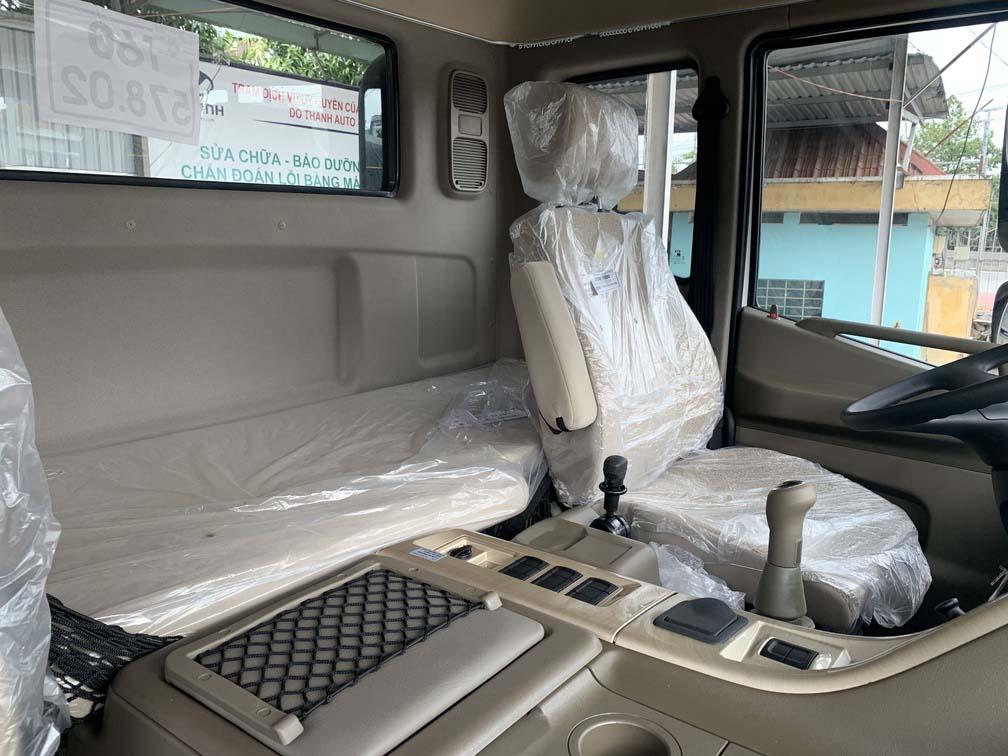 Ghế dành cho tài xế và hàng ghế nằm