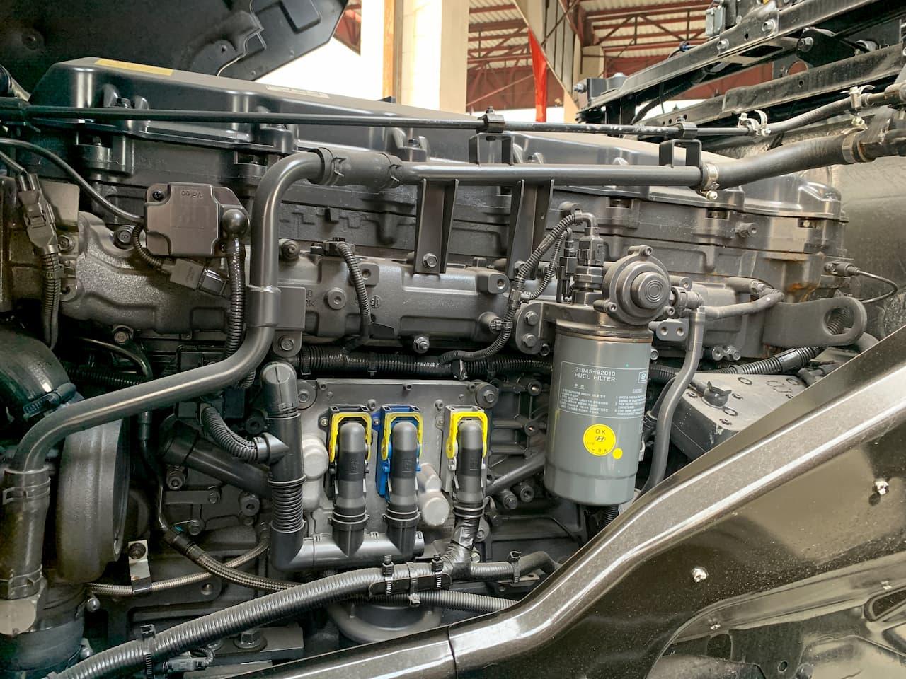 Mặt bên của động cơ đầu kéo Hyundai D6CC41
