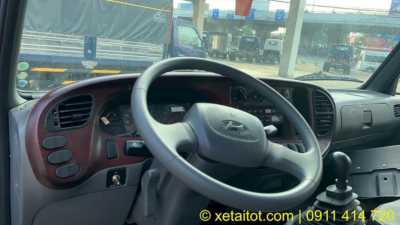 Táy lái và đồng hồ hiển thị gần tài xế