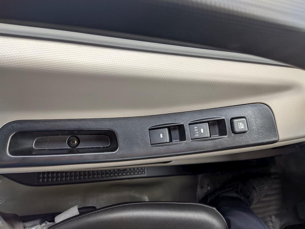 Nút hạ lên xuống cửa kính xe
