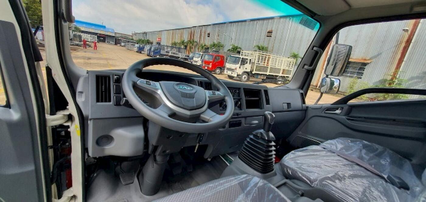 Khu vực làm việc của tài xế trên xe tải JAC N900