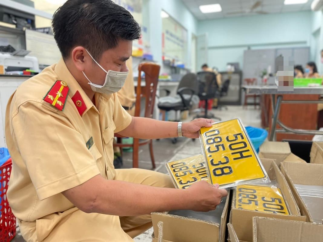 Đổi bảng số màu vàng tại công an