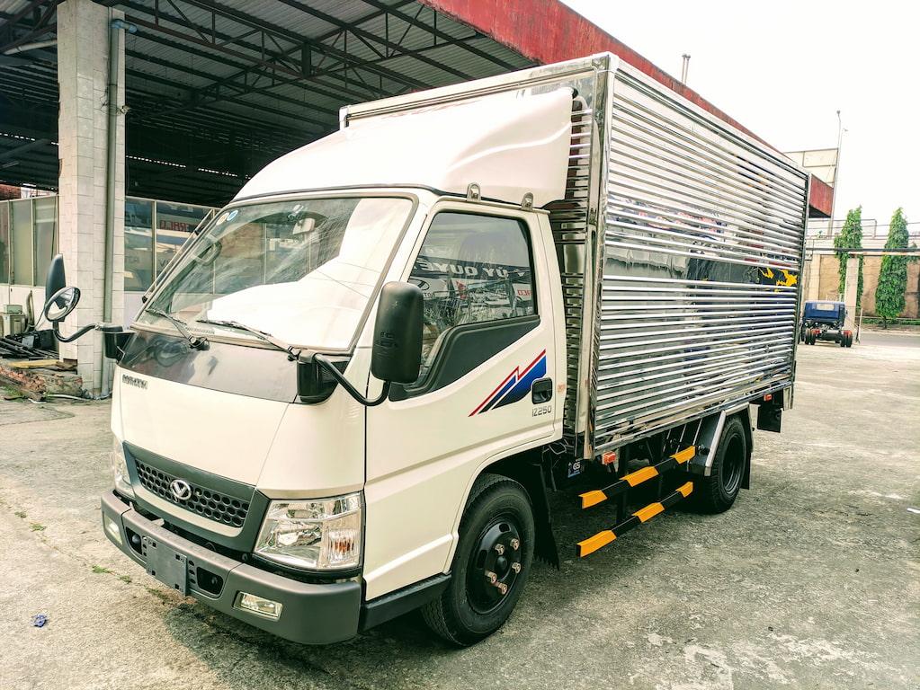 Giá xe tải Đô Thành IZ250 thùng kín màu trắng